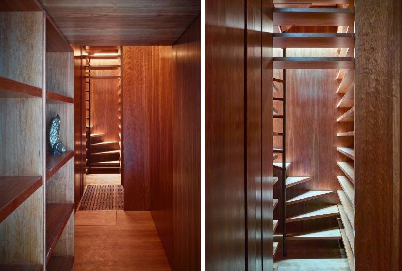 corridoio con pareti rivestite in legno