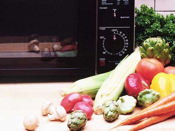 Для приготовления супов требуется специальная посуда - неметаллическая, жаропрочная, лучше всего глубокие кастрюли из жаропрочного стекла