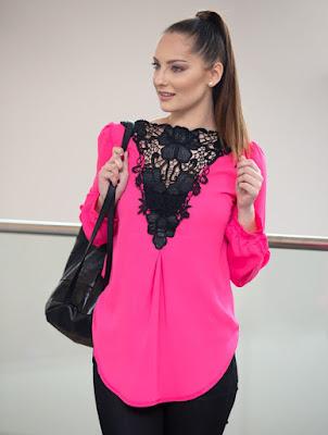 blusa fucsia con escote en encaje negro