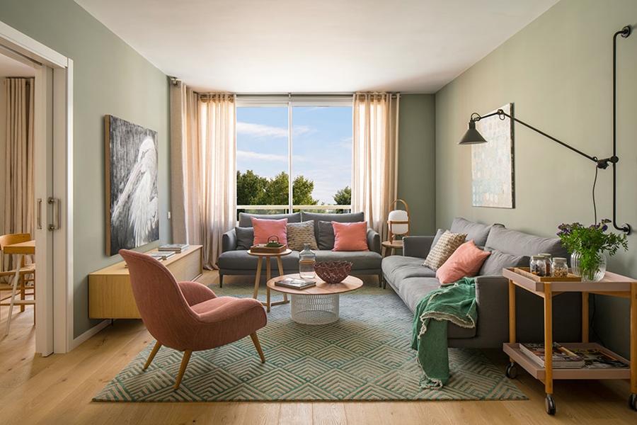 Drewno i kolory w pięknym mieszkaniu w Barcelonie, wystrój wnętrz, wnętrza, urządzanie mieszkania, dom, home decor, dekoracje, aranżacje, szarości, szary, grey, pudrowy róż, otwarta przestrzeń, salon, pokój dzienny