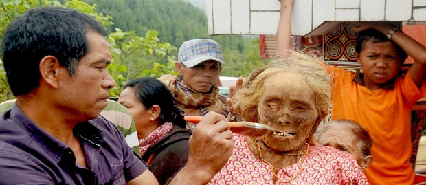 Tradition It is only in Indonesia, tradition Ma'nene Changing Clothes corpse in Toraja