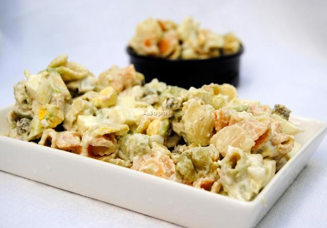 Ensalada de Pasta, Aguacate, Atún y Huevo Duro