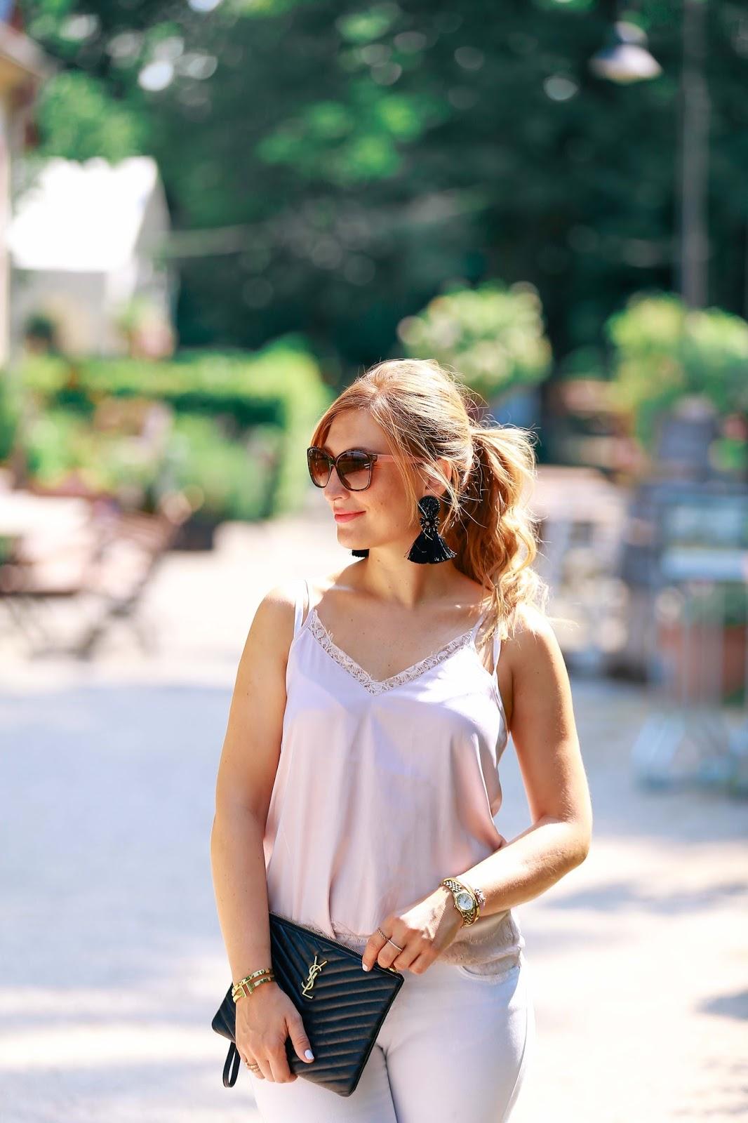 Blogger-style-Fashionblogger-Frankfurt-Main-Modeblog-Alte-Oper-ysl-clutch-schuhe-mit-nieten-weiße-jeans-hängeohrringe-H&M