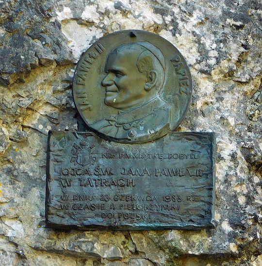 Medalion na Skale Kmietowicza upamiętniający pobyt w dolinie Jana Pawła II w 1983 roku.