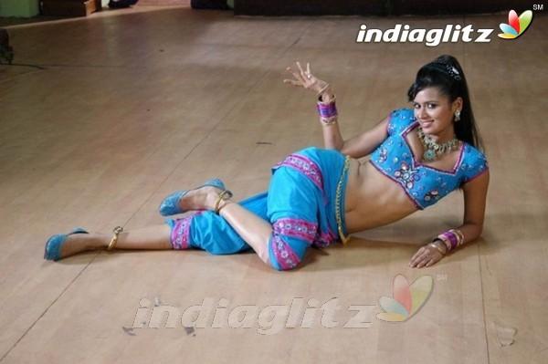 521 Entertainment World: Unseen Sexy Minakshi Dixit Photos