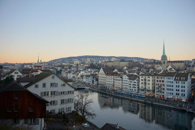 Kaunis Limmat-joki ja Zürichin keskusta