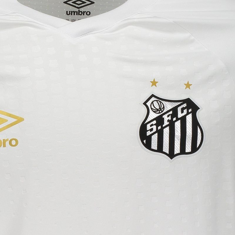 2195fc0e49 A camisa reserva é listrada verticalmente em preto e branco com detalhe em  dourado no punho.