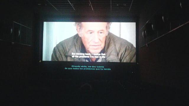 Proceso de subtítulos de una película en un festival, primero subtitulada sobre la imagen en inglés, luego en español