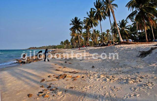 pengunjung wisata pantai matras