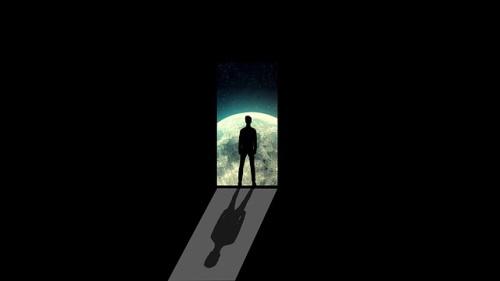 Silhueta de homem observando a lua, o luar projetando a sombra dele. #PraCegoVer