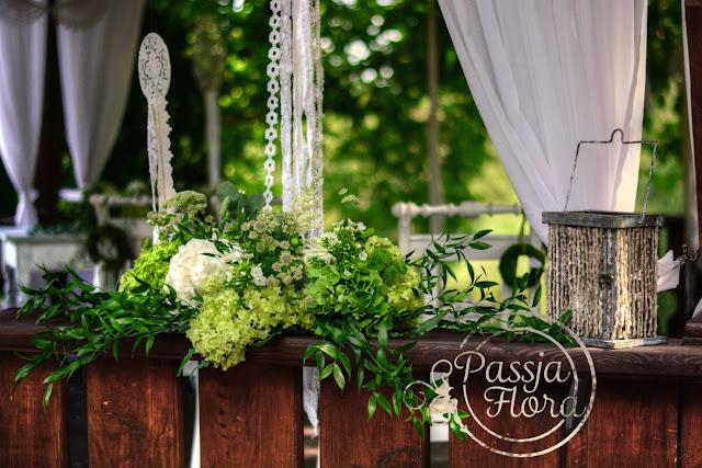 Zielone bukiety na plenerowym ślubie