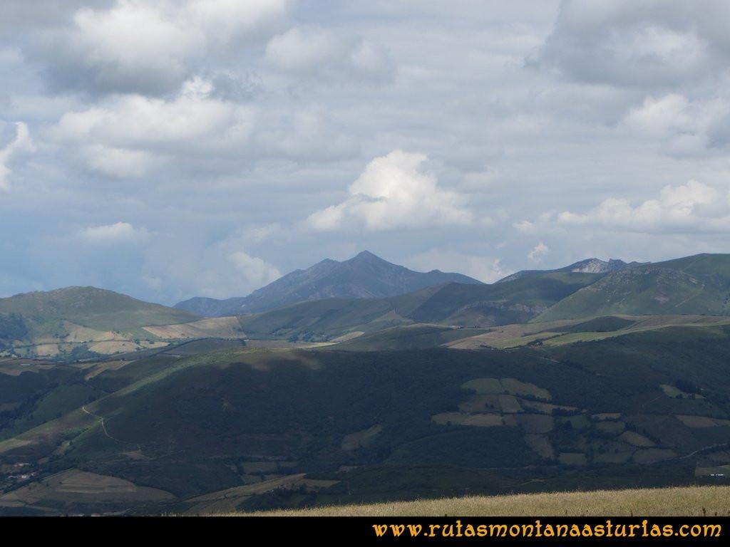 Ruta Cangas - Acebo: Vista sobre Peña Manteca y la Fana de Genestaza desde el alto del Acebo