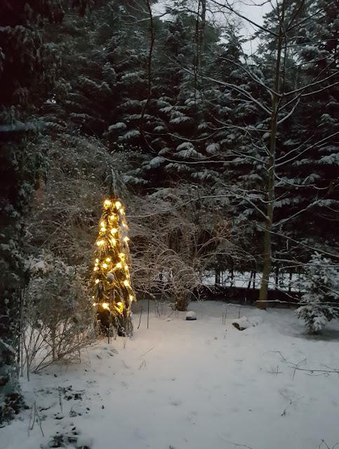 im Schnee leuchtet die Lichter nochmal so schön