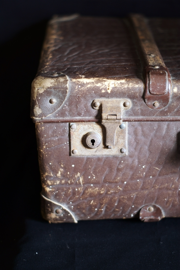 Blog + Fotografie by it's me! | fim.works | abgestoßener alter Koffer