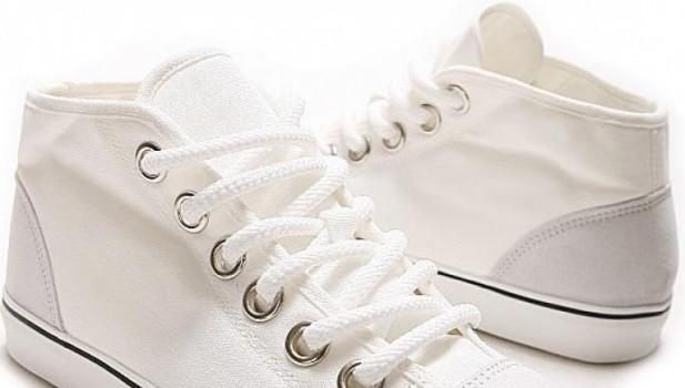 Mencuci sepatu putih dengan pasta gigi