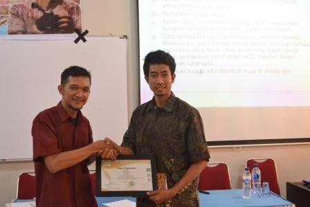 Guru Blogger :Pemateri Mahasiswa Menulis Langkat