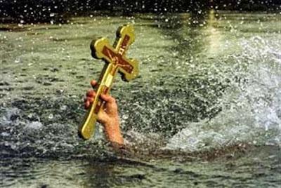 Δείτε το παλικάρι που αψήφισε τα πάντα, βούτηξε και έπιασε τον σταυρό στον Θερμαϊκό!