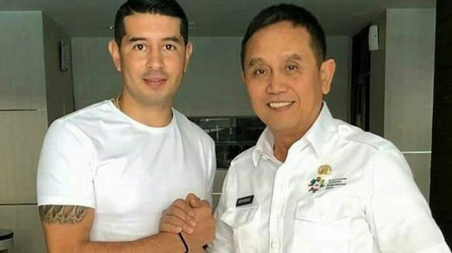 Manajer Sriwijaya FC, Ucok Hidayat (kanan) berjabat tangan dengan Esteban Vizcarra.