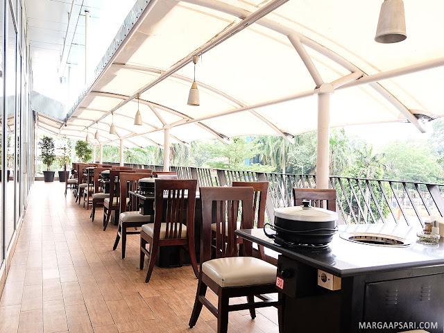 Suasana ruangan outdoor Hanamasa fX Sudirman