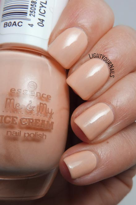 Smalto color pesca Essence Icylicious collezione Me & My Ice Cream peach colored nail polish #essence #nails #unghie #lightyournails