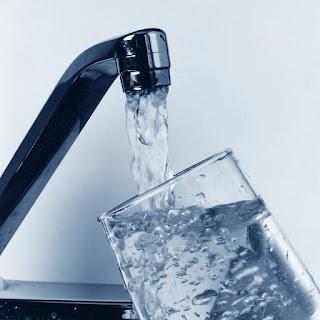 كأس ماء وفوائد الماء