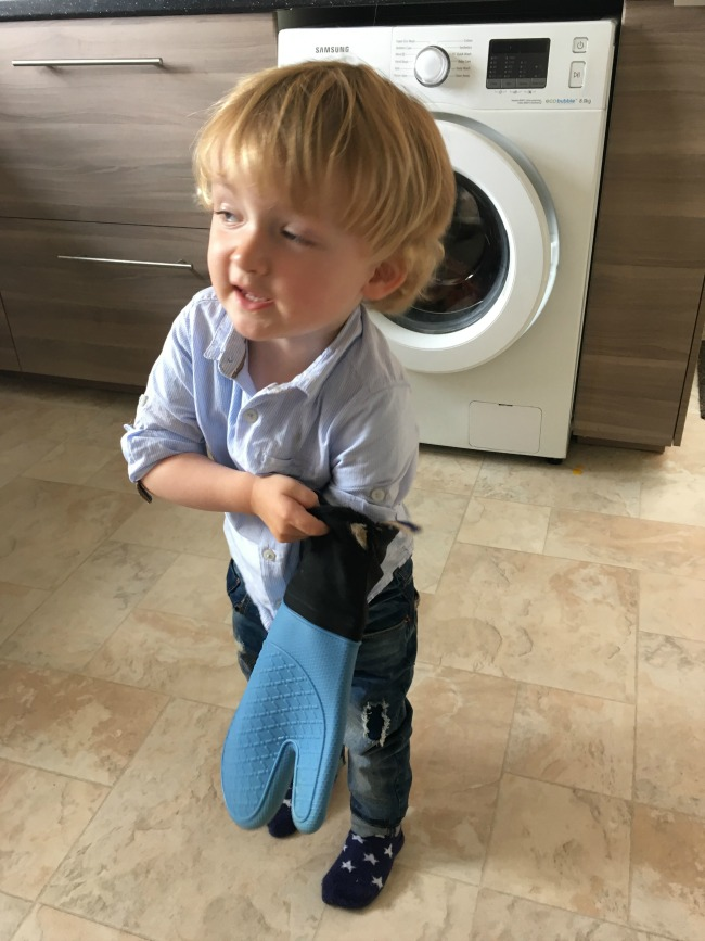 toddler-with-oven-glove-on