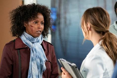 As atrizes Khalilah Joi e Camilla Luddington em cena de Grey's Anatomy - Divulgação