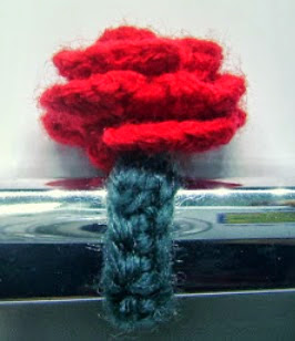 http://translate.google.es/translate?hl=es&sl=en&tl=es&u=http%3A%2F%2Fwww.mazkwok.com%2F2013%2F07%2Ffree-crochet-pattern-rosy-ring.html
