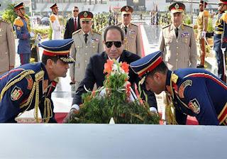 الرئيس السيسي يقرأ الفاتحة علي قبر الرئيس الراحل انور السادات في ذكرى تحرير سيناء