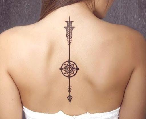 Grafico tatuagem ao longo da coluna vertebral