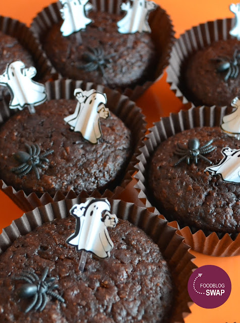 chocolademuffins met spookjes en spinnen voor Halloween