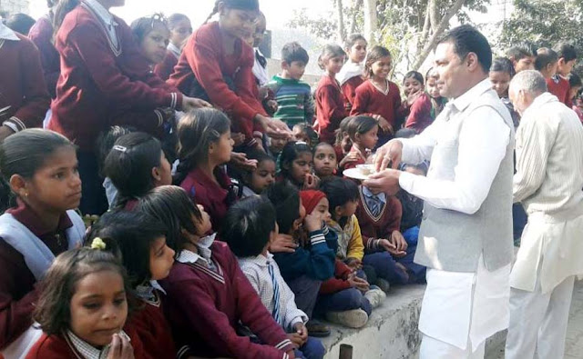 BJP leader Nayanpal Rawat distributed Bhondare's offerings to schoolchildren