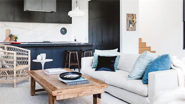 vieja cabaña de madera reconvertida en una casa costera minimalista chic and deco