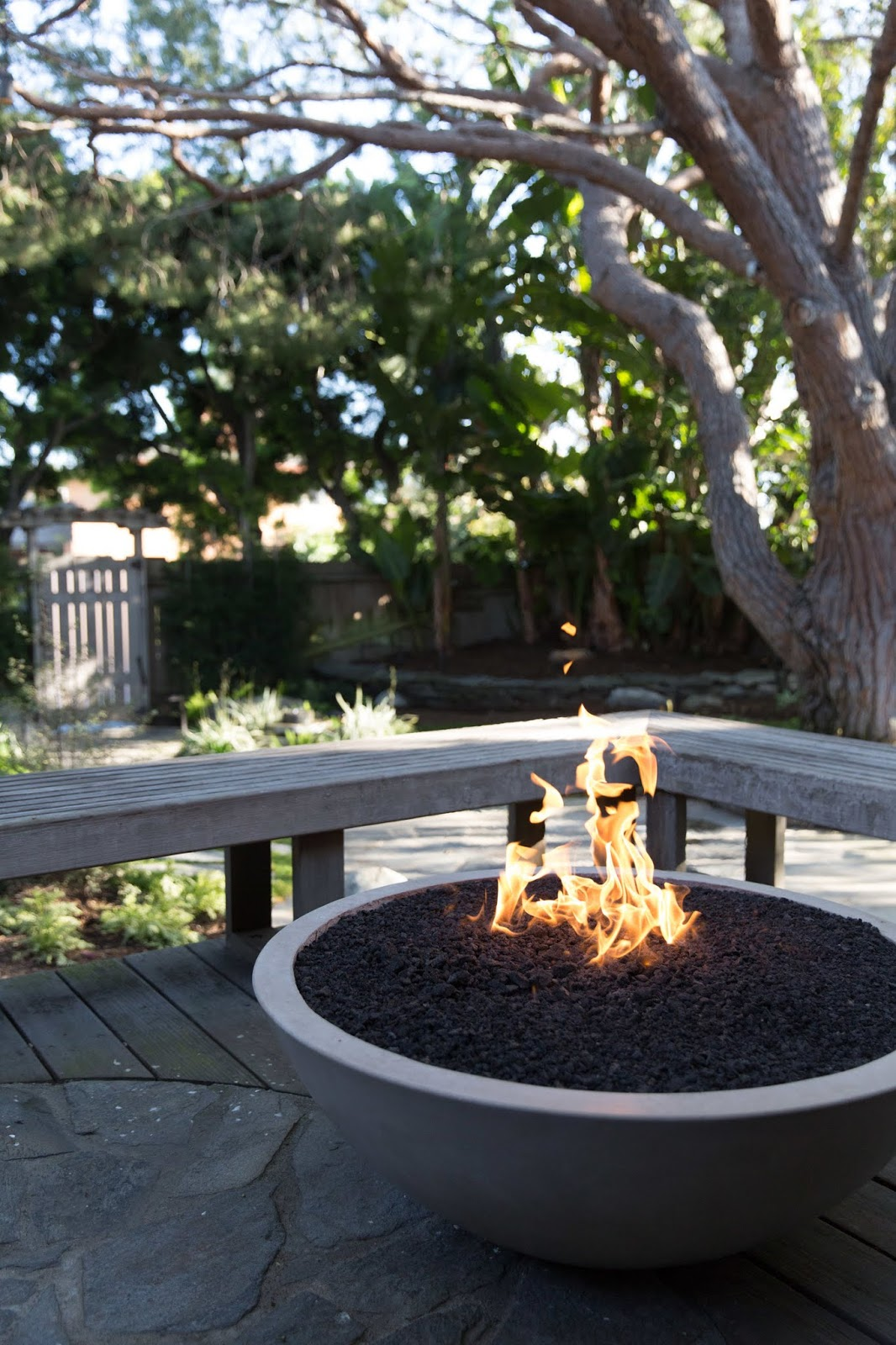 Donica węglowa w ogrodzie
