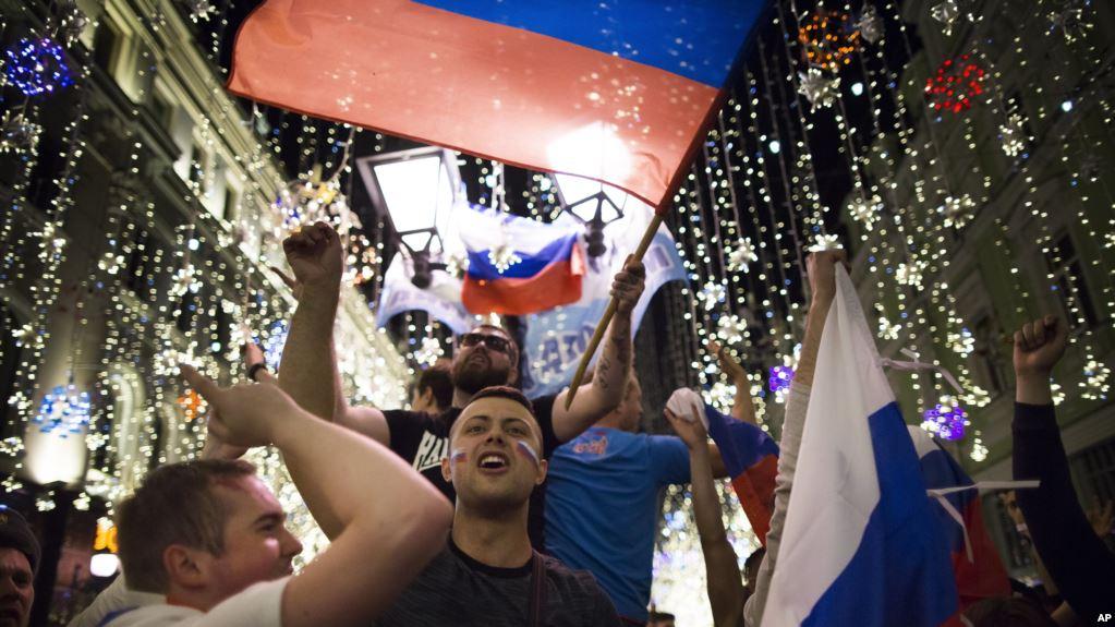 La hinchada local rusa sueña con alzar la copa / AP