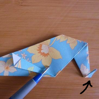 Fold the tip of the paper heel in line with the base of the design