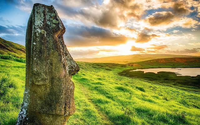 Không ai biết tại sao người Rapa Nui lại khắc hơn 800 đầu đá khổng lồ trên hòn đảo, nhưng nó vẫn được giữ nguyên như một kỳ quan cho tới ngày hôm nay. Ngoài những bức tượng đá, bạn có thể tản bộ xung quanh trên những con đường mòn của hòn đảo – bao gồm cả chuyến đi đến ngọn núi lửa đã ngừng hoạt động của Rano Kau.