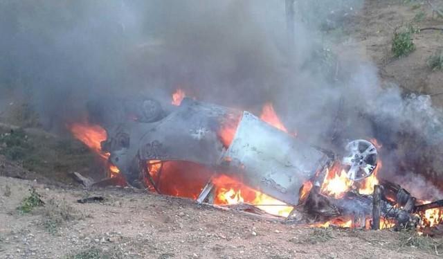 Carro pegando fogo após bater no canteiro central, na BA-052