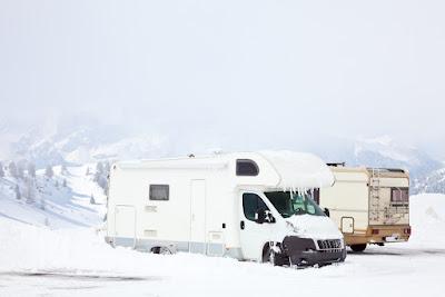 Autocaravana aparcada con nieve alrededor en un viaje en invierno por islandia