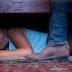 Desconfiaba de su novio y decidió espiarlo bajo la cama, lo que sucede la deja en shock