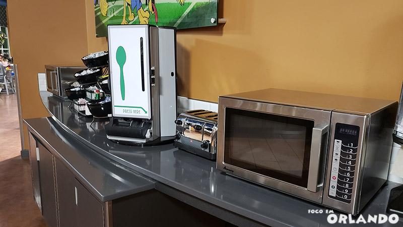 Os dois microondas disponíveis da Praça de Alimentação.