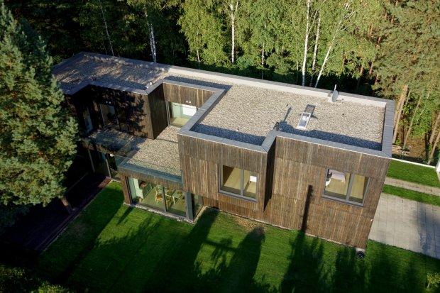 Nowoczesny dom w lesie. Dom w otoczeniu natury. Dom Tetris. Drewniana elewacja.
