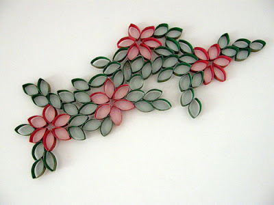 flores pintadas en la pared con tubos de cartón reciclado