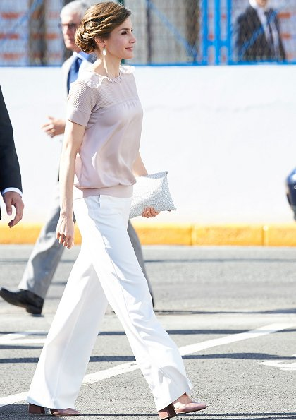 Queen Letizia wore Hugo Boss trousers, Hugo Boss blouse and Uterque shoes. Queen wore TOUS Beethoven Earrings. Canary Islands