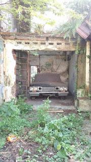 Mobil Tua Penunggu Rumah Kosong Di Makam Kasin Malang