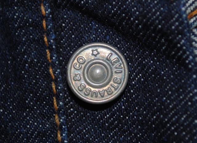 1940年代から50年代前半の501xxのフライボタン、Rが通常の長さで文字の周りがフラットな形状