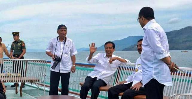 Presiden RI Jokowi saat naik kapal di Danau Toba bersama Gubsu T Erry