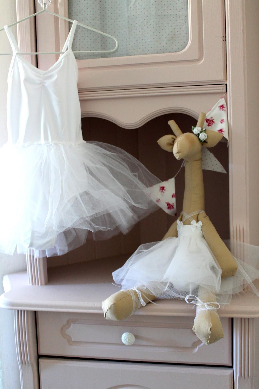 50128307 Og hun ønsker seg ballerinaskjørt!! Hun er en danseglad prinsesse, og jeg  fant verdens søteste ballerinakjole på HM, supplerte med leggvarmere og  dansesko.