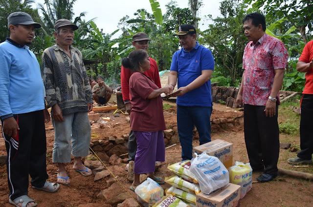 Sekda  Trenggalek Distribusikan Bantuan Kepada Warga yang Mengalami Rumah Roboh