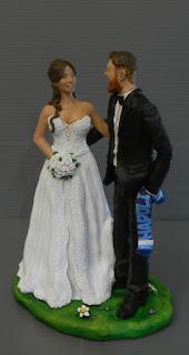 Sposi fatti a mano per torta nozze tifosi sposo barba lunga orme magiche